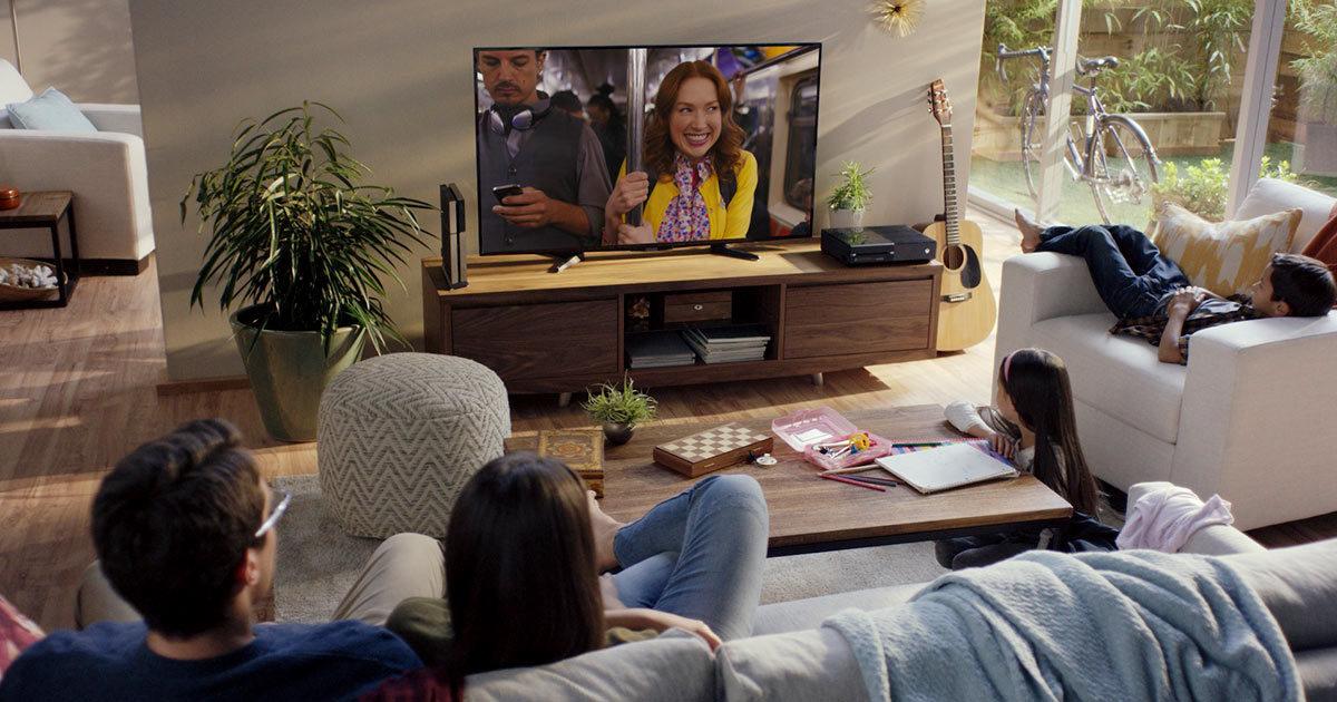 Perhe katsoo sarjaa Netflix-palvelusta.