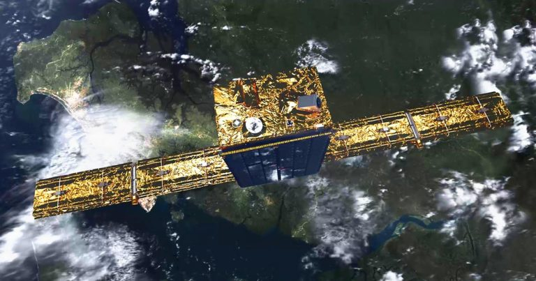 ICEYE:n satelliitti avaruudessa, alla maapallo