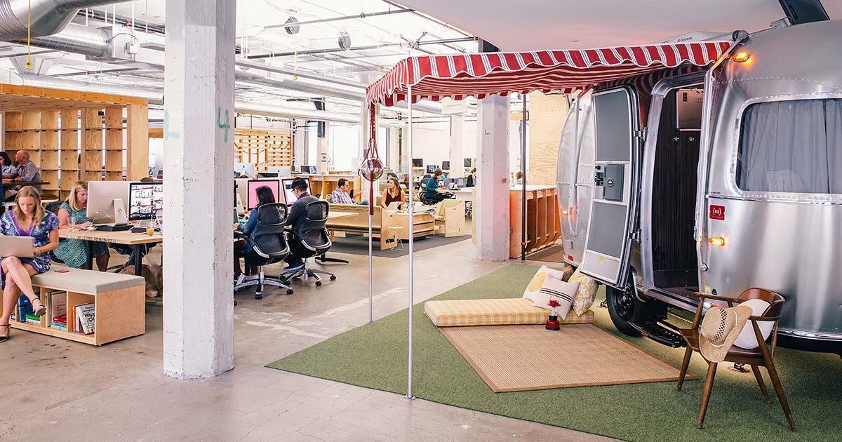 Työntekijöitä Airbnb:n pääkonttorilla.