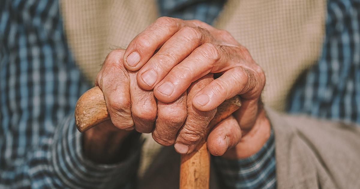 Ikääntyneen ihmiset kädet